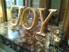 lettres dorées en vente boutique derrière les volets
