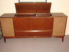 Kijiji: Stéréo meuble avec table tournante 1960 - 150$. Je pense que mes grands-parents en avaient une comme ça.