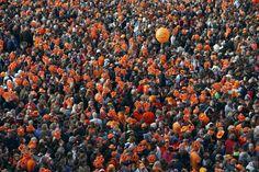 30-abr-13 - Multidão aguarda o novo casal real da Holanda, Willem-Alexander e Máxima, em Amsterdã