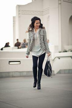Den Look kaufen: https://lookastic.de/damenmode/wie-kombinieren/jacke-t-shirt-mit-knopfleiste-leggings-kniehohe-stiefel-shopper-tasche/3916 — Graue Tweed Jacke — Graues T-shirt mit Knopfleiste — Schwarze Leggings — Schwarze Shopper Tasche aus Leder — Schwarze Kniehohe Stiefel aus Leder