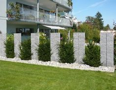 Backyard landscaping and design, planting and decorating can transform the garden, fill the outdoor space with harmony and tranquility. Back Gardens, Outdoor Gardens, Cerca Natural, Minimalist Garden, Fence Landscaping, Fence Design, Design Design, Design Elements, Outdoor Walls