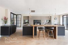 Diese wunderbare INTUO Küche trifft die Vorlieben des Kunden auf den Punkt: einfache Linien und harmonische Symmetrie. Dabei wurde bei der Planung der Küche aufgrund des großzügigen, offenen Raumes auf die Idee von zwei Kücheninseln gesetzt, die durch eine Barlösung aus bereits vorhandenem Mangoholz das Highlight dieser Küche bilden.  #exklusiveküche #küchendesign #kueche #küche #küchen #kücheninspiration #kitchen #kitchendesign #kitcheninspiration #küchenidee #kücheeinrichten #kücheninsel Küchen Design, Decorating Kitchen, Kitchen Inspiration, Cake