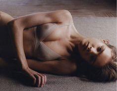 """反る動作が苦手な人はバストが下垂しているかも寝方で変わる""""美バストの法則"""""""
