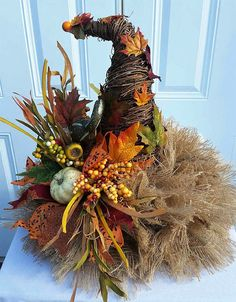 This cute Scarecrow Hat Centerpiece will likely be a favourite addition to your Fall Decor. The Rustic Centerpiece was made utilizing a grapevine cone. Fall Halloween, Halloween Crafts, Halloween Decorations, Fall Decorations, Diy Thanksgiving Decorations, Wedding Decorations, Thanksgiving Wreaths, Fall Wreaths, Adornos Halloween