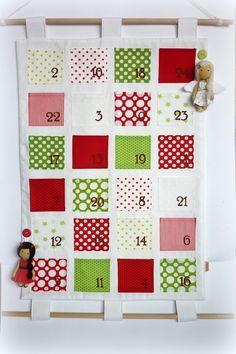 Adventní kalendář (NA OBJEDNÁVKU) šitý závěsný adventní kalendář, čísla jsou ručně malované text.barvou. Součástí kalendáře jsou andělka a čertice zavěšené na poutku :-) (dají se oddělat) Kalendář je podlepený pevným vlizelínem, ze zadní strany podšitý bílou látkou - vše 100% bavlna. Doporučuji ruční praní na 30st. (dřevěné tyčky se dají vytáhnout) ...