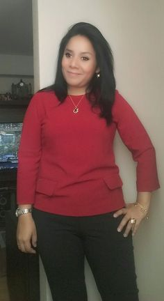 Chaqueta roja LUAO y pantalon negro PHILOSOPY.