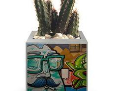 Vasinho de cimento - Street Art Concrete Crafts, Concrete Projects, Concrete Planters, Cement Art, Flower Pot Crafts, Painted Flower Pots, Concrete Furniture, Little Designs, Cactus Y Suculentas
