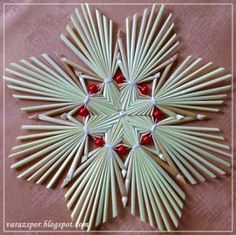 Ma ennek a virág formájú, gyöngyökkel díszített szalmacsillagnak az elkészítését mutatom meg.Szükségünk lesz 4 db - az átlagnál vék...