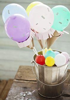 Use e abuse das cores para criar uma decoração diferente e criativa. Transforme os balões em sorvetinhos com cones de papel kraft servindo de casquinha. Ah, e não se engane: essa decoração vale também para festas de adultos!