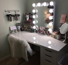 I've been spotting some fantastic DIY vanity mirror recently. Here are 17 ideas of DIY vanity mirror to beautify your room Ikea Vanity Table, Makeup Table Vanity, Makeup Tables, Makeup Table Ikea, Diy Makeup Desk, Makeup Vanity With Drawers, Make Up Desk Vanity, Hair Vanity, Makeup Vanity Case