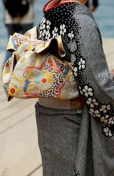 kimono / obi  (Asian fashion is awesomesauce)... Love the black/white dots/flowers design!
