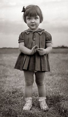 The 1920s is the decade in which fashion entered the modern era. It was the decade in which women first abandoned the more restricting fashi... Vintage Children Photos, Vintage Girls, Vintage Pictures, Vintage Images, Children Photography Vintage, Vintage Beauty, Vintage Fashion, Edwardian Fashion, Photocollage