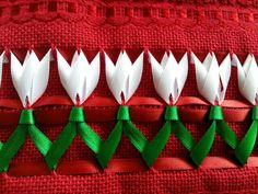 Um lindo jardim de tulipas!  Bordado trançado em cetim, em jogo de toalhas (banho e rosto), com acabamento em passa-fita e tira bordada. Cores das toalhas e do bordado a serem definidas pelo cliente.    Toalhas Karsten ou Buettner, composição de 97% algodão e 3% viscose. Banho: 140 cm x 67 cm; ro...