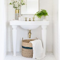 9 Interior Design Tips to Make Your Small Bathroom Seem Bigger Master Bathroom Tub, Bathroom Renos, Budget Bathroom, Small Bathroom, Bathrooms, Minimalist Interior, Minimalist Decor, Small Space Living, Small Spaces