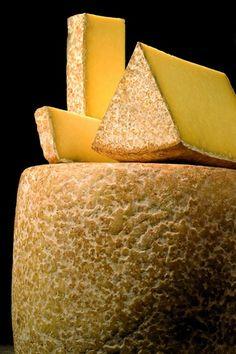 Le Cantal  - Ou Fourme de Cantal est un fromage à croûte sèche, fabriqué exclusivement au lait de vache emprésuré. Sa pâte, ferme et non cuite, est pressée deux fois, avec broyage du caillé entre les deux pressages et salage dans la masse.