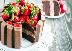 Tarta fácil de chocolate, fresas y Kit Kat http://www.recetin.com/tarta-facil-chocolate-fresas-kit-kat.html