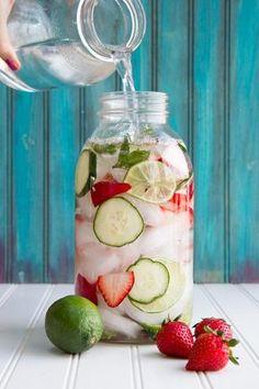Wasser mit Geschmack - und sieht toll aus auf jeder Party - Erdbeer, Limette, Gurke und Minz Wasser *** Homemade flavoured water - so easy and so stylish for every party ❤︎