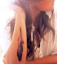 12 Feather Tattoo Designs You Won't Miss - Pretty Designs Eagle Feather Tattoos, Feather Tattoo Arm, Feather Tattoo Meaning, Feather Tattoo Design, Tattoos With Meaning, Love Tattoos, Beautiful Tattoos, Tattoos For Guys, Tattoos For Women