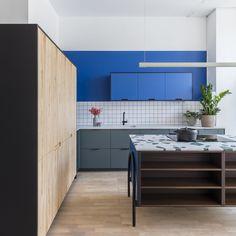 Kitchen Showroom, Kitchen Interior, Kitchen Carcasses, Glass Blocks Wall, Blue Kitchen Cabinets, Wall Cabinets, Cocinas Kitchen, Studio Kitchen, Boho Kitchen