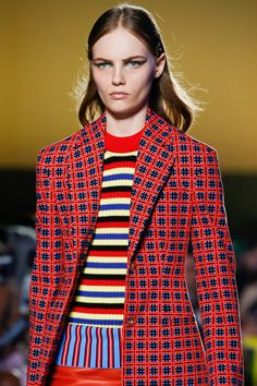 Versace Spring 2019 Ready-to-Wear Fashion Show Details: See detail photos for Versace Spring 2019 Ready-to-Wear collection. Look 3 Red Fashion, Couture Fashion, Runway Fashion, High Fashion, Fashion Show, Fashion Outfits, Milan Fashion, Fashion Ideas, Fashion Photography Inspiration