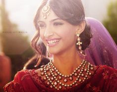 Sonam Kapoor stuns in this kundan set and tikka. , What a beautiful piece jewellery, simple yet stunning. Desi Wedding, Wedding Looks, Wedding Attire, Indian Dresses, Indian Outfits, Sonam Kapoor Hairstyles, Indian Accessories, Head Accessories, Indian Couture