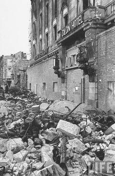 1945, Allemagne, Berlin, Adlon Hôtel. On peut constater que l'hôtel fut transformé en point de résistance. Deux portes blindées pour accèder à l'intérieur. peut-être vers l'abri anti-aérien construit dans les sous-sol du bâtiment. ( Eclairage de Patrick Fleuridas)