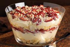 Avec ses couches de fraises fraîches, de pouding, de gâteau des anges parfumé à l'orange et de chocolat blanc, ce dessert a presque tout de la bagatelle!
