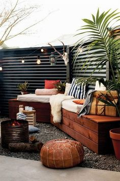 metal fence with reclaimed wood benches - gorgeous!corrugated metal fence with reclaimed wood benches - gorgeous! Cheap Privacy Fence, Privacy Fence Designs, Diy Fence, Cheap Fence Ideas, Privacy Fence Decorations, Fence Art, Small Outdoor Spaces, Small Patio, Small Yards