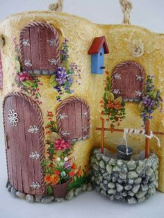 Tejas decoradas Clay Fairy House, Fairy Houses, Recycled Crafts, Diy And Crafts, Tile Crafts, Clay Fairies, Ceramic Houses, Fairy Doors, Tile Art
