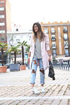 trendy-taste-look-outfit-street-style-sport-chic-camiseta-rayas-navy-marinero-boyfriend-ripped-jeans-vaqueros-rotos-adidas-superstar-6