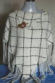 Resultado de imagen para ponchos en telar cuadrado Tapestry Weaving, Loom Weaving, Hand Weaving, Loom Knitting, Knitting Patterns Free, Knit Patterns, Knitted Cape, Crochet Poncho, Crochet Shawls And Wraps