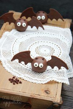 Oreo Bat Truffles -These would be great to hand out to teachers, friends, family… Anyone that you might want to pass out a treat that is just extra special. Who can go wrong with Oreo's? Halloween Treats To Make, Halloween Desserts, Halloween Food For Party, Halloween Cakes, Holidays Halloween, Halloween Ideas, Halloween Recipe, Fall Desserts, Halloween Stuff