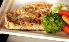 Omelete light.Ingredientes:3 claras d ovo batidas em neve;1 gema;Cheiro-verde picado(a gosto*);Cebolinha verde picada(*);Sal(*);Azeite(*);1 colher d requeijão light(opcional). Preparo:Bata claras em neve e adicione a gema;bater + 1 pouco; acrescente cheiro-verde,cebolinha e sal.Com 1 pincel ou pedaço de papel,espalhe azeite na frigideira antiaderente untando toda a superfície,em fogo branco.Doure dos 2 lados e,se quiser,coloque colher d requeijão por cima d omelete ainda quente na hora d…
