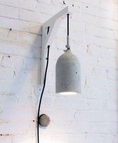 Een industrieel en tijdloos ontwerp. De wandlamp heeft ruwe karakteristieken maar is tegelijkertijd elegant in vormgeving. Het robuuste beton vormt een mooi contrast met het delicate textiele snoer, verkrijgbaar in passende kleuren. Door de subtiele vormen past de lamp in ieder interieur. De wandlamp wordt geleverd met een houten wanddrager, voorzien van dubbele trekontlasting. Daardoor is de wandlamp op elke gewenste hoogte instelbaar. De wanddrager is leverbaar in wit of zwart.