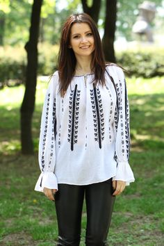 Ie Romaneasca - Chic Roumaine Beautiful Dress Designs, Folk Embroidery, Ethnic Fashion, Textiles, Designer Dresses, Tunic Tops, Costumes, Traditional, Chic
