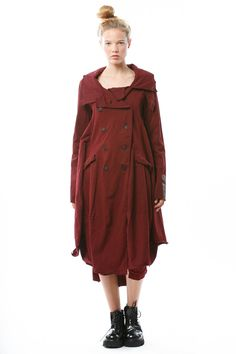 Mantel von RUNDHOLZ DIP bei nobananas mode #nobananas #rundholzdip #rich #cotton #jersey #barolo #dark #red #vintage #flap #pocket #slim #sleeve nobananas.de/shop