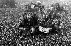 Demonstrators gathered in front of the headquarters of the Romanian Communist Party in Bucharest during the 1989 revolution. Romanian Revolution, Romanian Girls, World Conflicts, Rare Historical Photos, Major Events, Eastern Europe, Photojournalism, World War Two, Continents