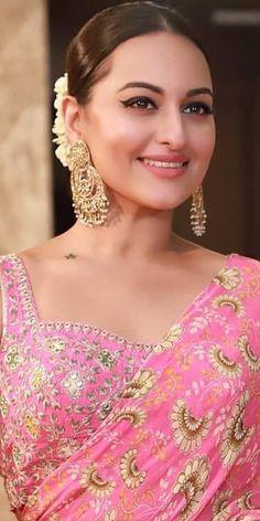 Indian Actress Pics, Bollywood Actress Hot Photos, Beautiful Indian Actress, Indian Actresses, Sonakshi Sinha Saree, Kareena Kapoor, Shilpa Shetty, Madhuri Dixit, Anushka Sharma