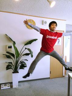 gambaTシャツを着ると気分も上がる?! gamba!を導入いただいている株式会社スピリタスコンサルティング様より、とってもハイテンションな写真が届きました! gambaTシャツを着て気分を上げたい方は、ぜひgamba!の導入をご検討ください。笑  株式会社スピリタスコンサルティング様のFacebookページでも紹介されています! https://www.facebook.com/spiritus.consulting