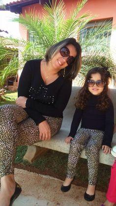 Mãe e filha arrasando com look igual