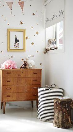 Idée n°1 : des stickers étoiles dorés.  23 idées déco pour la chambre bébé >> http://www.homelisty.com/23-idees-deco-pour-la-chambre-bebe/