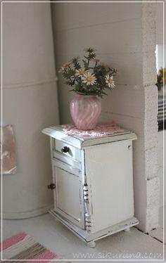 Linnanneidon lokikirja Tiny Furniture, Miniature Furniture, Diy Dollhouse, Dollhouse Miniatures, Cottage Style Decor, Tiny World, Minis, Shabby Chic, House 2