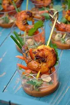 Shrimp Satay Skewer Shooters with Spicy Thai Peanut Sauce Snacks Für Party, Appetizers For Party, Appetizer Recipes, Fingers Food, Seafood Recipes, Cooking Recipes, Spicy Peanut Sauce, Appetisers, Food Plating