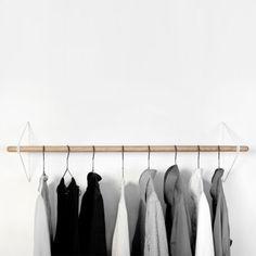 Die zeitlose Garderobe benötigt lediglich einen Stab, Haltebügel & Schrauben. Durch den Klemmmechanismus ist es kinderleicht die Garderobenstange zu befestigen.