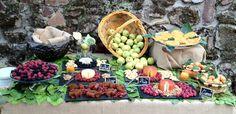 Rincon asturiano con tortillas, quesos, bollos preñaos y frutas silvestres