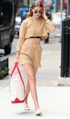 Gigi Hadid knows a thing or two about off-duty dressing, and in celebration, we've rounded-up her 10 best, and most inspiring street chic looks so far. Gigi Hadid Looks, Gigi Hadid Style, Star Fashion, Fashion News, Street Chic, Street Style, Estilo Gigi Hadid, Catwalk Collection, Celebrity Look