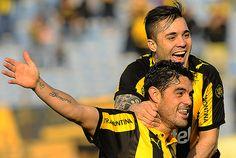 Luis Aguiar y el brasileño  Diogo SIlvestre en la alegría de Peñarol,, golazo del brasileño y gol del volante, dos de los tres para la victoria.