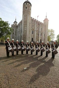 RM Corps of Drum outside the iconic Tower of London #RMDrumRoll @HRP_palaces #RM350 @Ruth H. Domanski Rochelle pic.twitter.com/yfFAmaBTxz