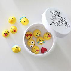 Für alle, die genauso große Emoticon-Fans sind wie ich ;) Die Emojis aus Fimo. Sind ganz easy gemacht… Einfach Kügelchen aus gelbem Fimo sowie je nach Emoticon-Vorliebe die jeweiligen Accessoires dazu formen. Nehmt am besten ein Schneidebrettchen als Unterlage und zum genauen Formen … weiterlesen