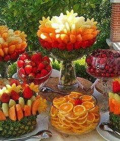 45 coole Party-Essen-Ideen und DIY-Essen-Dekorationen summer party buffet with fruits_cool party food ideas Party Trays, Snacks Für Party, Party Appetizers, Appetizers For A Wedding, Party Buffet, Luau Party, Wedding Desserts, Fruits Decoration, Salad Decoration Ideas